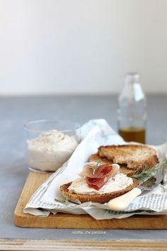Le bruschette, o crostini, sono un antipasto, o secondo, semplice e veloce da preparare. Gli ingredienti possono essere molteplici, seguite i vostri gusti e la vostra fantasia come ho fatto io. Cannel