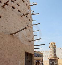 Una casa araba del piccione davanti ad una moschea e ad un minareto decorati nel villaggio culturale di Katara, Doha, Qatar, Arabia.