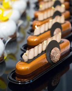 Finger café nouveau moule Éclair Silikomart lors de mon dernier stage sur Nîmes : Pâte sablée chocolat / Biscuit financier café / Crémeux chocolat / Mousse chocolat blanc café / chantilly café / glaçage miroir lactée collection automne - hiver 2017 www.creationsbycecile.com e-book #foodgasm #vscofood #vscogood #cakeart #vscocam #cheflife #foodphoto #gastronogram #vscam #pastrypassion #foodphotography #foodshare #dessertmasters #foodstagram #pastrychef #frenchpastry #frenchchef #pastry…