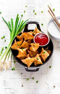 Do you love Panda Express cream cheese wontons? They're also known as cream cheese rangoons. This easy recipe is crazy good! These fun appet. Appetizers For Party, Party Snacks, Appetizer Recipes, Cream Cheese Rangoons, Good Food, Yummy Food, Delicious Recipes, Easy Recipes, Healthy Food