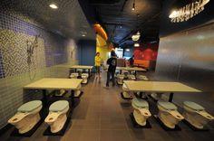 US-FEATURE-RESTROOM CAFE A Los Angeles apre un ristorante in cui sedie, piatti e bicchieri sono a forma di gabinetto