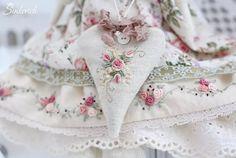 WEBSTA @ sinkevich_nadia - С вышивкой наряды красивше!)) #вышивка #тильда #куклы #homedecor #tilda