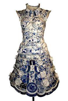 Artista usa centinaia di frammenti di porcellana cinese per creare magnifici abiti