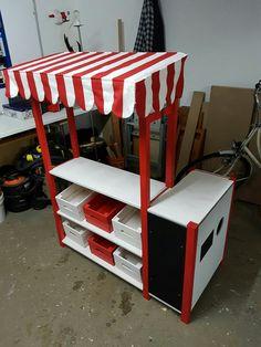 kleine spielk che f r kinder aus einem kinderstuhl mit pappe und aufgemahlten herdplatten. Black Bedroom Furniture Sets. Home Design Ideas