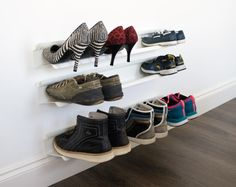 En elegant skohylle fra J-me. Passer til alle hjem, tar lite plass - henger på vegg!  Skruer følger med! 70cm = 4 par, 120cm = 7 par !