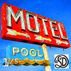 Kussen Motel Pool (60x60 cm). Foto gemaakt door #MirjamvanRavenhorstDeTextielFabriekSDD. Beperkte oplage van 5 stuks. Te bestellen bij www.vintageinthespotlight.nl