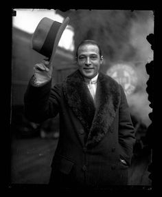 Rudolph Valentino, rare photo from the Chicago Tribune Archive. Hooray For Hollywood, Golden Age Of Hollywood, Hollywood Glamour, Classic Hollywood, Old Hollywood, Hollywood Stars, Rudolph Valentino, Silent Film Stars, Movie Stars