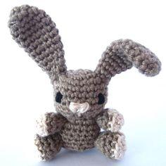 Nicht nur zu Ostern ein gern gesehener und gehäkelter Gast in den eigenen vier Wänden, der Amigurumi Hase. Der gehäkelte
