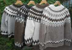 nelja_islantilaisvillapaitaa-warm wool for winter Icelandic Sweaters, Cozy Sweaters, Free Knitting, Knitting Patterns, Nordic Sweater, Stylish Dresses For Girls, Crochet Poncho, Knitwear, Wool