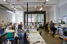 La Fabrik a été créée dans le but de vous faire découvrir l'univers créatif et l'espace de travail des architectes, designers et artistes… dont on présente les réalisations chaque jour. Atelier, studio, bureau, entrez dans les espaces les plus intimes de la création !  Dorrington Architects & Associates a été créé en 2009, il es résulte une pratique qui combine 20 ans d'expérience dans le marché de l'architecture en Nouvelle-Zélande.