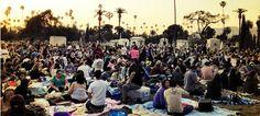 Le cinéma, évidemment vous connaissez, le cinéma en plein air, vous connaissez aussi, et le cinéma dans un cimetière ? Rdv à Los Angeles.
