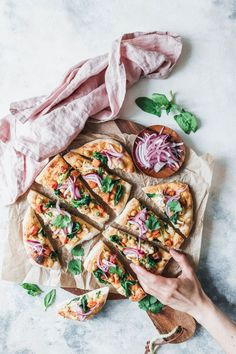 Business Cookware Ought To Be Sturdy And Sensible Naan-Pizza Mit Gerostetem Blumenkohl, Sukartoffel Und Pinken Zwiebeln Naan Pizza, Pizza Recipes, Vegan Recipes, Recipes Dinner, Tapas, Eat This, Food Photography Tips, Roasted Cauliflower, Bagels