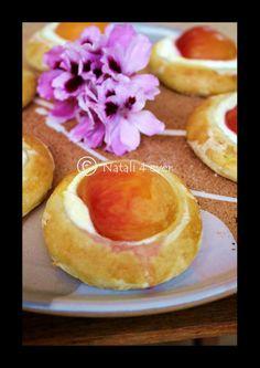 Apricot cakes (sponge pastry)