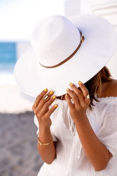 Looking beautiful and stylish during the summer heat is rather challenging but we've gathered some really cool tricks that will help you look awesome and J Brand, Viva Luxury, Stylish Hats, Fancy Hats, Love Hat, Outfits With Hats, Summer Hats, Madame, Sun Hats
