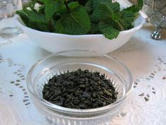 Traditional Moroccan Mint Tea Step-by-Step: Green Gunpowder Tea and Mint Cold Drinks, Beverages, Mint Tea, How To Dry Basil, Mint Green, Moroccan, Herbs, Eat, How To Make