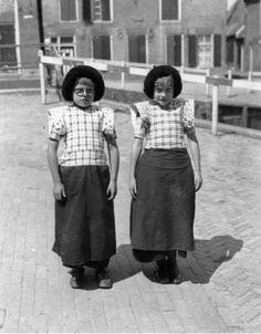 1942  Twee kinderen in klederdracht op het Spui te Spakenburg  #Utrecht #Spakenburg