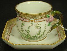 Šálek na čaj * bílý porcelán ručně malovaný a zdobený zlatem s neobvyklým miskovým tvarem podšálku.