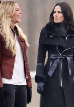 Awesome Lana and Jen (Regina and Emma) being funny the awesome Once BC Wednesday airs Abc Tv Shows, Best Tv Shows, Movies And Tv Shows, Once Upon A Time Funny, Regina And Emma, Ouat Cast, Swan Queen, Outlaw Queen, Regina Mills
