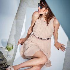 Zart! In schmale Falten gelegt, mit fixiertem Bindeband in Taillenhöhe und mittigem Reißverschluss am Rückenteil. Roséfarben, mit fixiertem nudefarbenem Unterkleid.