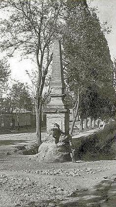 """La """"Pirámide"""" recién restaurada, en 1917, en imagen publicada en la obra """"Los nichos de Providencia en los antiguos tajamares""""... Tower, Building, Travel, Vintage, Santiago, Obelisks, Viajes, Lathe, Buildings"""