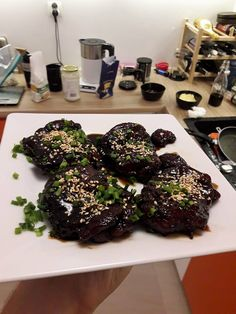 kurczak w słodkim sosie teriyaki. Sake, mirin, wodę, sos sojowy wlewamy do szerokiego garnka. Dodajemy por (środek, cały), czosnek (ząbki, obrane), imbir (kawałek, obrany) i przeciętą w pół pomarańcze. Gotujemy, aż płyn zredukuje się o połowę. Dodajemy cukier i często mieszając gotujemy, aż zgęstnieje. Kurczaka (bez kości i z wyciętym tłuszczem) doprawiamy solą i pieprzem, obtaczamy w mące i na bardzo rozgrzanej patelni smażymy na złoty kolor.