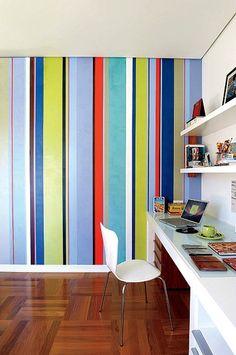 Ultracoloridas, as listras cobrem a parede e despertam a alegria deste home office de 25 m², localizado no Jardim Paulista, em São Paulo. Projeto da arquiteta Noura Van Dijk realizado em parceria com o ateliê  Adriana e Carlota