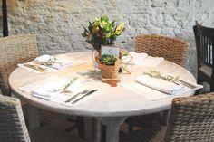 Mesa de convidados em mini wedding rútico com toques de cobre. Suculentas, prisma cobre, flores brancas, lugar marcado, alecrim, casamento, lírios, doile, renda, branco, verde.