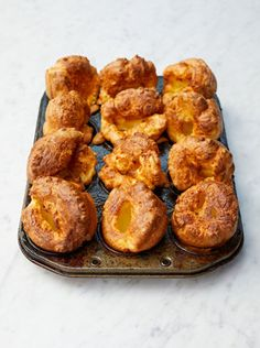 These tips and tricks will give you the perfect Yorkshire puddings! They're the crowning glory of any Sunday roast. It's a perfect Yorkshire pudding recipe. Yorkshire Pudding Jamie Oliver, How To Make Yorkshire Pudding, Yorkshire Pudding Recipes, Yorkshire Pudding Sandwich, Yorkshire Pudding Dinner, Sunday Roast Dinner, English Food, Baking Recipes, Pulled Pork