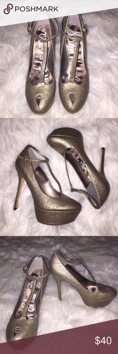 Sam Edelman metallic pump with peep hole cutout Size 7 & in great condition! Minor wear on the bottoms. Platform makes the shoe very comfortable to wear Sam Edelman Shoes Heels