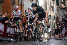 Elisa Longo Borghini and co take on the final climb in Sienna for Strade Bianche