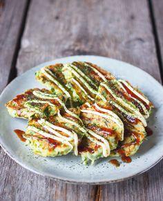 Japanse courgettekoekjes met kewpie mayonaise en okonomiyakisaus. In een handomdraai gemaakt en ontzettend lekker!