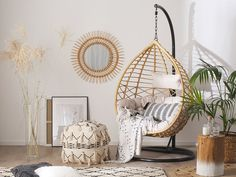 Deze prachtige en unieke poef met patroon in boho  stijl geeft je interieur een warme en tegelijkertijd rustieke uitstraling. Gemaakt met aandacht voor detail, past het product perfect in je interieur als een (extra) zitplek, poef of voetenbankje naast de sofa. Wicker Swing, Hanging Chair With Stand, Boho Stil, How To Clean Furniture, Swinging Chair, Egg Chair, Seat Cushions, Hardware, Home Decor