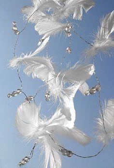 Légère et aérienne cette guirlande de plumes et de perles décorera avec beaucoup de légèreté votre mariage. Disponible en plusieurs couleur : http://www.mariage.fr/shop/la-guirlande-plumes-et-perles-mariage-decoration-de-table-mariage.htm