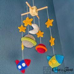 Patrón amigurumi gratis de este Móvil para bebés. El móvil está formado por : 4 estrellas, 2 planetas, 1 sol, 1 luna y 1 nave.