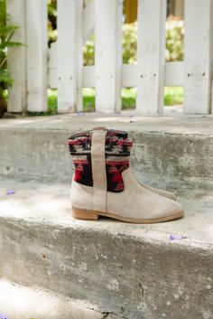 Add a little southwestern flair to your look with these desert inspired tribal print Laurel boots.