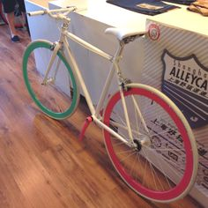 Love the colour for this fix bike. Too bad I don't know how to ride :(