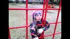 Варвара играет в футбол с препятствиями
