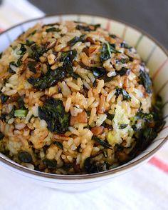 Crispy Kale & Mushroom Fried Rice - Can Be Gluten Free, Vegan, Vegetarian - FoodSniffr For Healthy & Responsible Living Rice Recipes, Veggie Recipes, Asian Recipes, Whole Food Recipes, Vegetarian Recipes, Cooking Recipes, Healthy Recipes, Vegan Vegetarian, Recipes With Kale Vegan