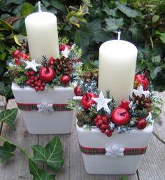 Svícny se sněhovými vločkami..2 Adventní svícínky v keramických obalech jsem doplnila vánočními doplňky, šiškami, umělou zelení a stužkou. Šířka je cca 10cm a výška cca 16-17cm - měřeno s nazdobením. Velmi trvanlivá vánoční dekorace, zeleň je umělá. Ve své nabídce mám také další dekorace ve stejném stylu a barevnosti. Cena je uvedena za jeden kus.
