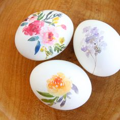 Learn how to make beautiful floral Easter eggs with this easy decorating tutorial and temporary tattoo paper. Free printable. Fun and easy egg decorating.