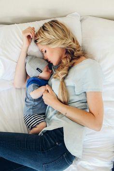 Mama und Baby kuscheln gemeinsam im Bett. Idee zu einem Familienfotoshooting mit Baby