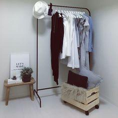 皆さん、洋服収納ってどうしていますか?なんとなくクローゼットにしまっているけど、あまりかっこよくないよ…という方はぜひワードローブを利用して1ランク上のおしゃれな洋服収納を目指しましょう!今回はワードローブを使った洋服収納の達人のおしゃれな収納術をご紹介しますので、皆さんのお宅でもぜひ参考にしてみてください。 Wardrobe Rack, Desk, Room, House, Furniture, Home Decor, Stylish, Life, Bedroom