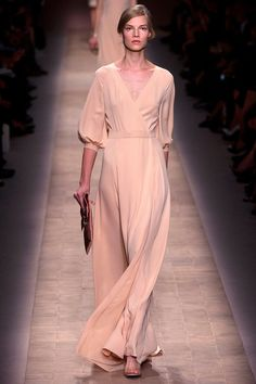 Spring 2013 Ready to Wear. I love Valentino. This peach gown is simple but has that classic Valentino touch of romance in it. Fashion Week, Look Fashion, Runway Fashion, High Fashion, Fashion Show, Fashion Design, Paris Fashion, Review Fashion, Fashion Models