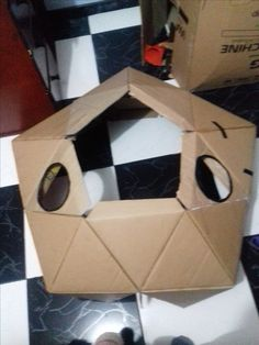 Iglu de carton / a los lados de la cúpula, los triángulos les realice dos agujeros