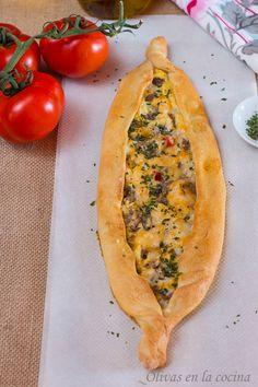 Enlace a la receta: http://rositaysunyolivasenlacocina.blogspot.com.es/2014/10/pide-turco.html  Pide turco, un pan que nos llega de Turquía y que podemos disfrutar con diferentes tipos de relleno. Olivas en la cocina