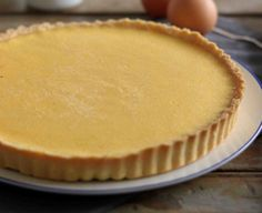 Volite spoj prhkog testa i nežne kreme od vanile? Imamo za vas fenomenalana recept – tart sa vanila kremom i fenomenalnom korom od prhkog testa koji se jednostavno topi u ustima.