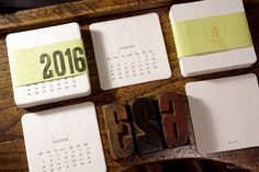 Ręcznie drukowany z ruchomych czcionek biurkowy kalendarz letterpress na 2016 rok.