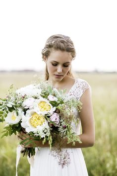 Perfect combination of a vintage bridal gown and a boho bouquet! More on our inspirationgallery! http://wonderwed.de/inspiration #bouquet #vintage #boho #flowers