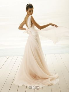 Abito da sposa Shabby Chic con scollo totale dietro e morbido fiocco leggero. Ideale per matrimoni in spiaggia. Soft chiffon and organza dress with op...