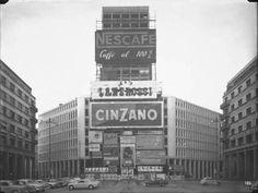 https://flic.kr/p/9dZ32w   Piazza Diaz nel 1956, il grattacielo Martini in costruzione #Milan